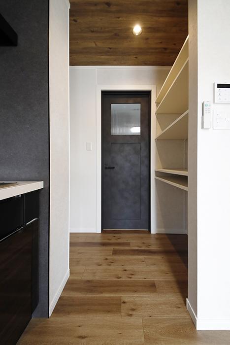 【SOLE(ソーレ)】202号室_LDK_キッチンそばの収納棚・水回りへのドア_MG_1165