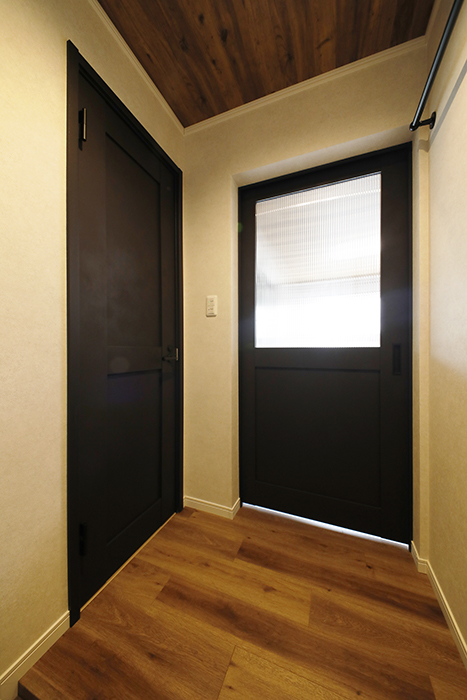 【SOLE(ソーレ)】202号室_玄関まわり_トイレ・LDKへのドア_MG_1000