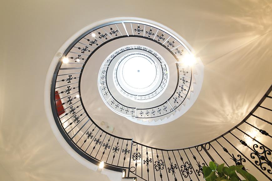 ホールから見上げた吹き抜けの様子。とても天井が高くて、天井は天窓になっています。_MG_3558