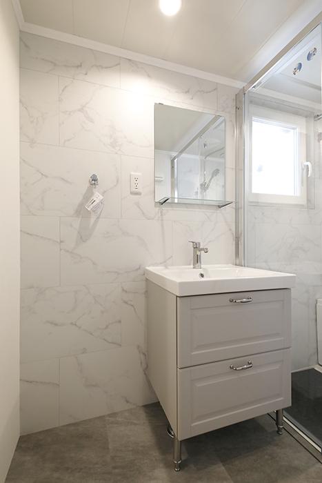 サニタリールームは、105号室同様、ホテルライクな仕様です。同じく、シンプルな洗面化粧台です。_MG_4672