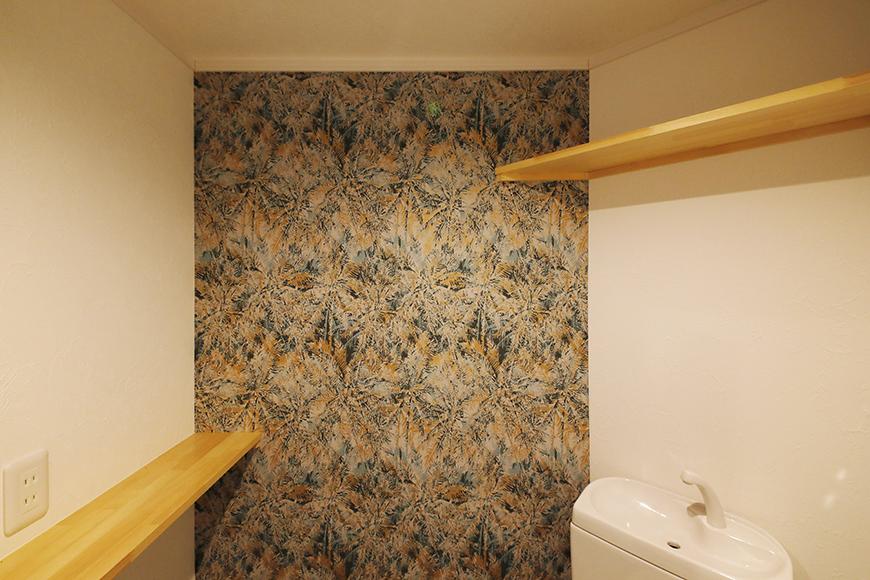 【SOLE(ソーレ)】202号室_トイレ_2か所の棚と壁紙_MG_1051