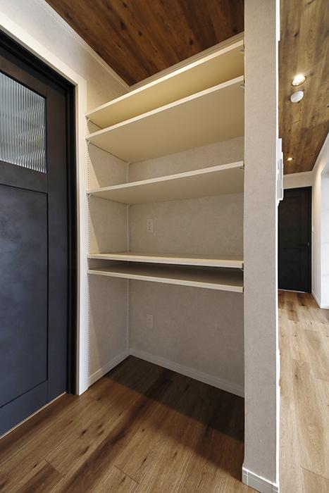 【SOLE(ソーレ)】202号室_LDK_キッチンそばの収納棚_MG_1172