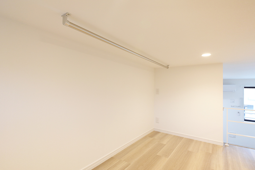 【アーブルフレール】B棟_206号室_ロフトの一角にハンガー用のバーが設置されています_MG_3094