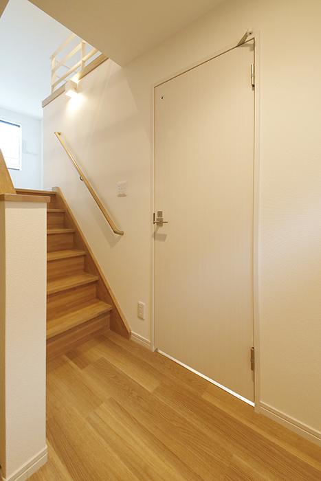 【アーブルフレール】B棟_206号室_サニタリースペース(水回り)へのドア_MG_2915