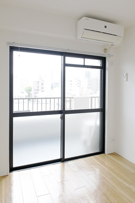 【泉ロイヤルビル】6B号室_洋室(6帖)_ベランダへのドア_MG_4327
