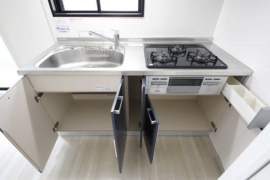 【泉ロイヤルビル】5C号室_LDK_キッチン_全景と足もと収納_MG_4497