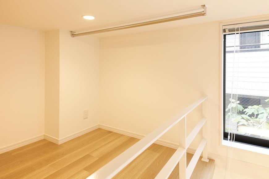 【アーブルフレール】B棟_106号室_ロフトの一角にハンガー用のバーが設置されています_MG_2826