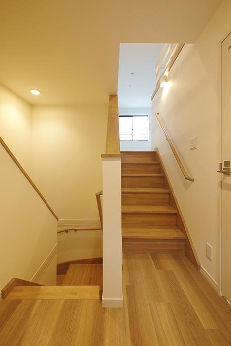 【アーブルフレール】B棟_206号室_洋室への階段と玄関への階段_MG_2981