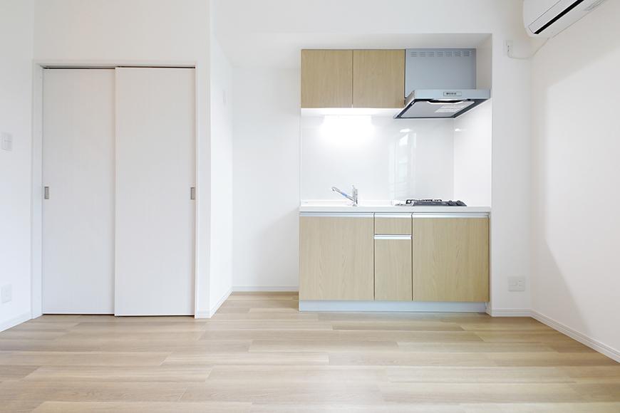 【アーブルフレール】B棟_206号室_洋室_キッチン全景とクローゼット収納_MG_3003