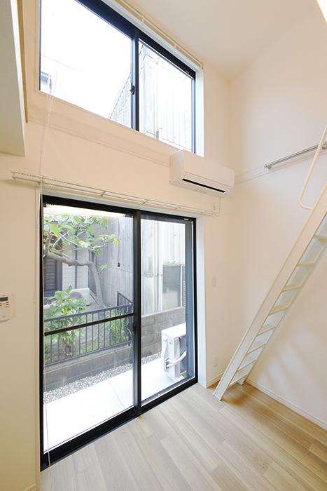 【アーブルフレール】B棟_106号室_洋室_抜群の天井高と上下2枚の窓_MG_2767