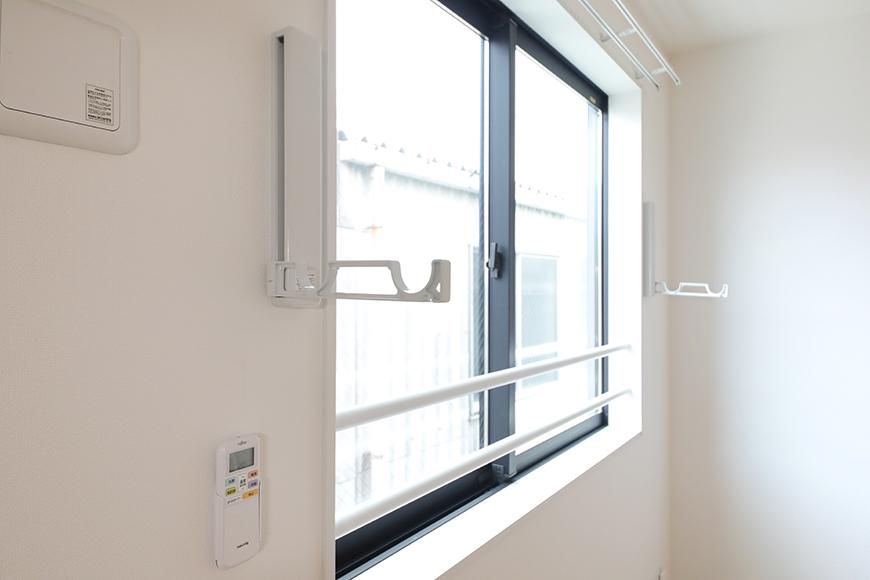【アーブルフレール】B棟_206号室_洋室_窓際の物干し用フック_MG_3035