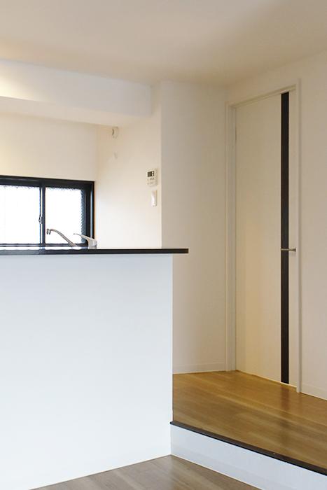 【泉ロイヤルビル】6B号室_キッチン横の水回りへのドア_MG_4078