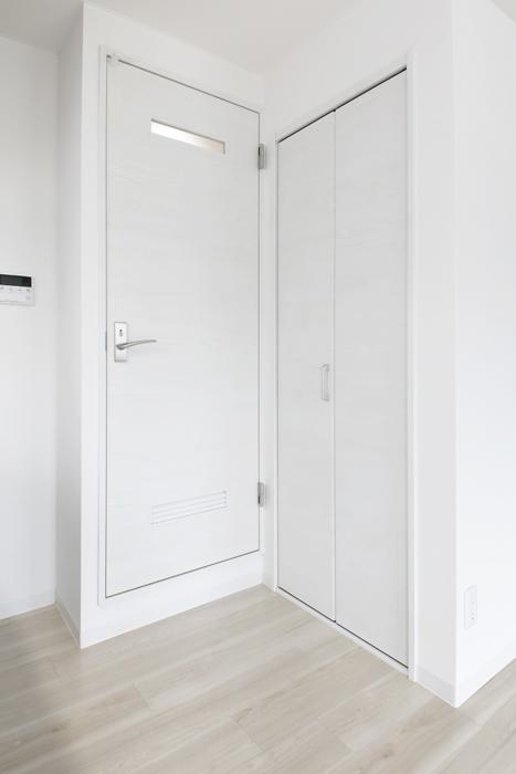 【泉ロイヤルビル】5C号室_LDK_キッチン周り_収納と水回りへのドア_MG_4537