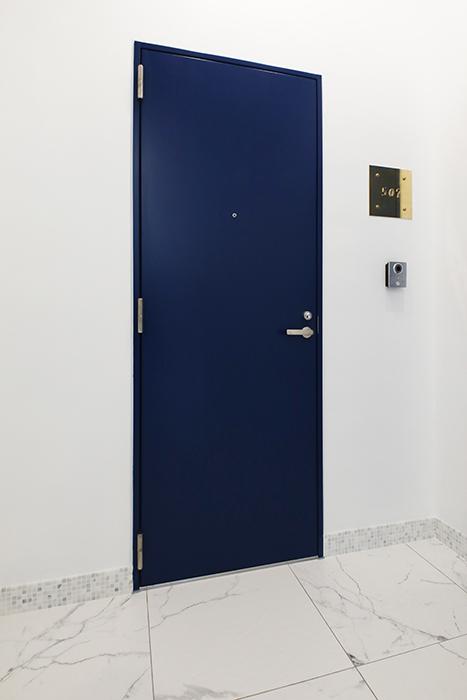 グルニエタイプのお部屋がある5階は、青い玄関ドアが目標です。ゴールドの銘板が洒落ていますね。_MG_6428