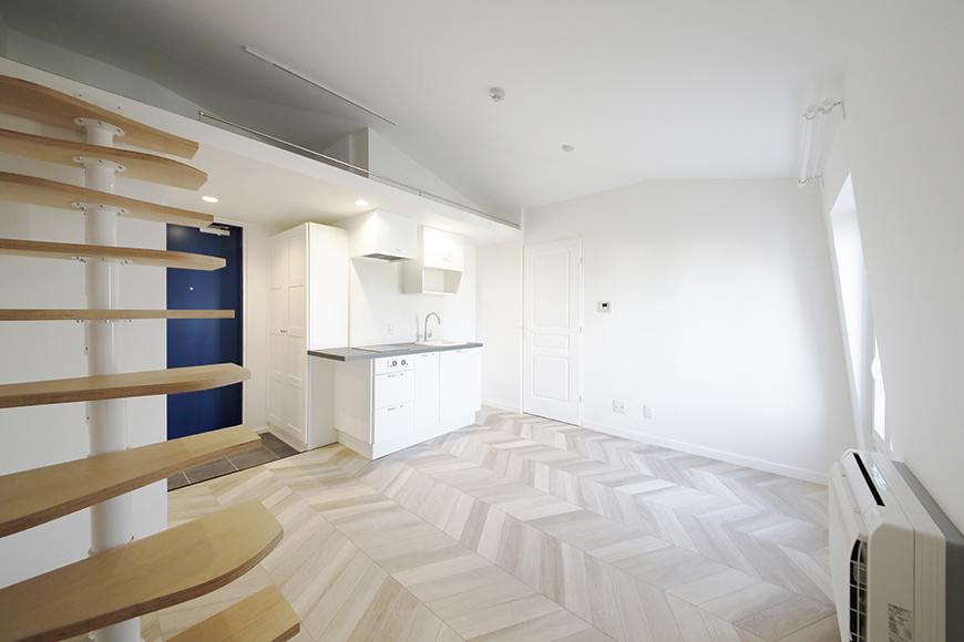 """""""屋根裏部屋(ロフト)""""に上がる階段から、キッチン方向を見たところです。キッチン右側に見えるのがサニタリールームへの入り口です。_MG_6474"""