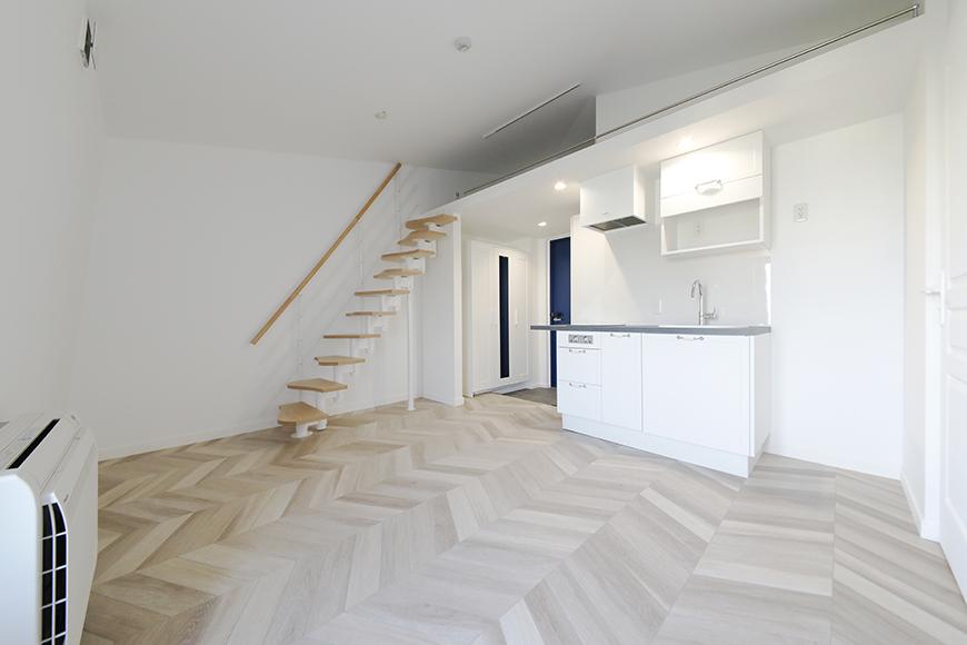 """""""屋根裏部屋(ロフト)""""が特徴のグルニエタイプのお部屋です。やはり、ヘリンボーン柄の床は上品で洒落ていますね。_MG_6481"""