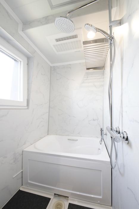 大型のシャワーヘッドがお洒落なバスルームです。_MG_6595