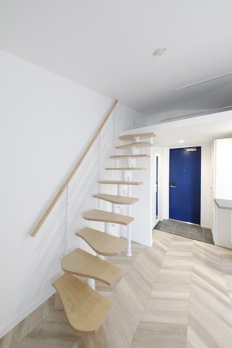 """""""屋根部屋(ロフト)""""に上がる階段をクローズアップしてみました。手すりがついていますので、上り下りも安心です。_MG_6623"""