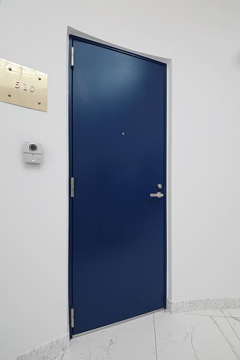 グルニエタイプのお部屋がある5階は、青い玄関ドアが目印でしたね。やはり、ゴールドの銘板が洒落ています。_MG_6675