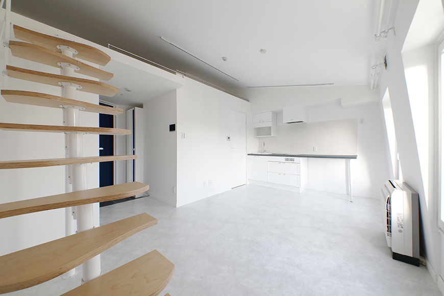 """""""屋根部屋(ロフト)""""に上がる階段から、キッチン方向を見たところです。キッチン左側に見えるのがサニタリールームへの入り口です。_MG_6742"""