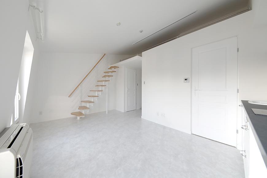 """""""屋根裏部屋(ロフト)""""が特徴のグルニエタイプのお部屋。今度は、床が大理石調タイルのお部屋です。白亜の雰囲気がお洒落ですね。_MG_6747"""