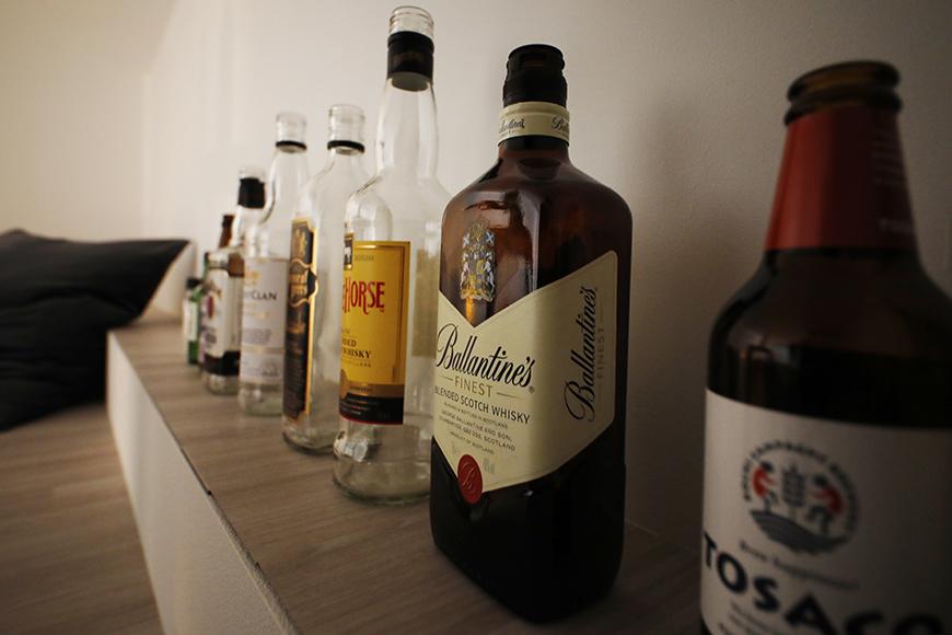 あなたはどんなお酒が好きですか?好きなお酒のボトルを並べての演出というのもよいですね。中央に並ぶのは、リーズナブルなスコッチのホワイトホースとバランタインファイネスト。_MG_6751