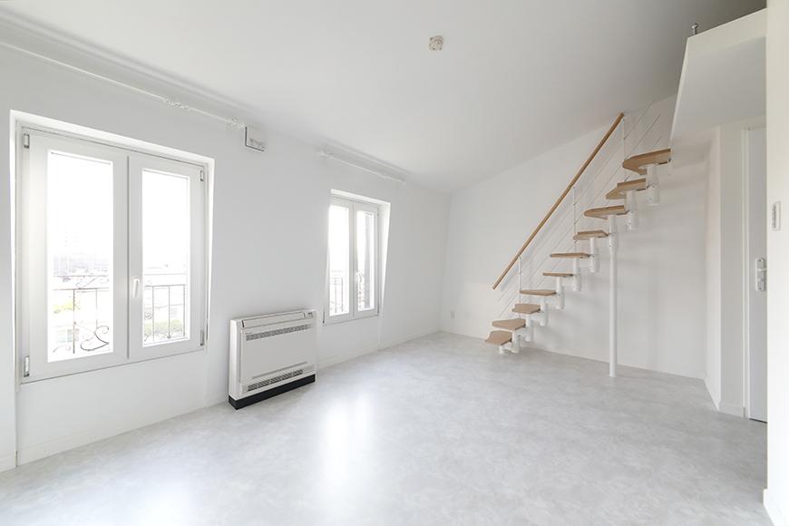 """キッチン前のスペースから、""""屋根部屋(ロフト)""""に上がる階段方向を見たところです。_MG_6751"""