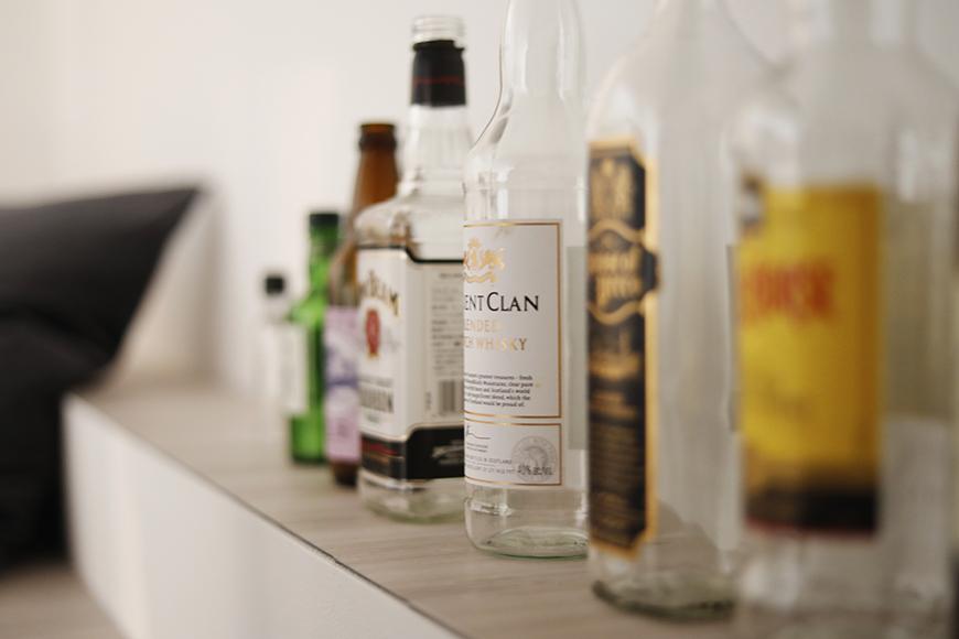 """並べるボトルも、透明なものや色がついたもの、ラベルによっても雰囲気変わりますよね。ディスプレイするボトル選びでも楽しめそうです(^_^)自分だけの""""隠れ家BAR""""ですから♪_MG_6819"""