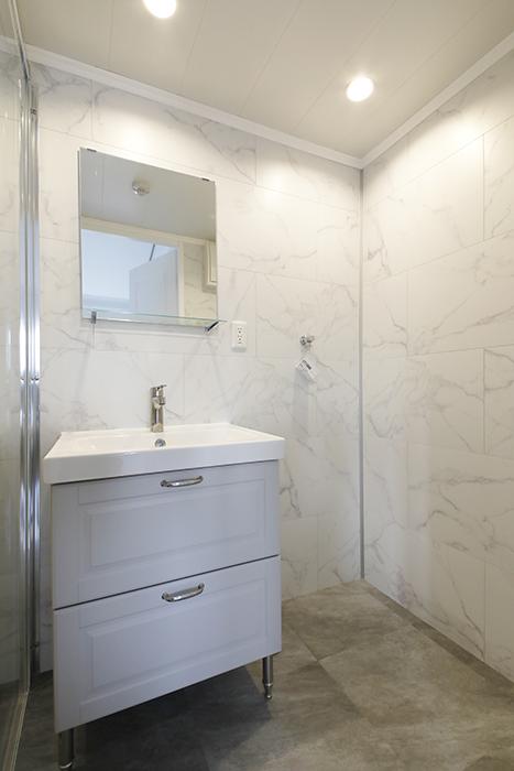 洗面化粧台は、シンプルなタイプです。_MG_6853