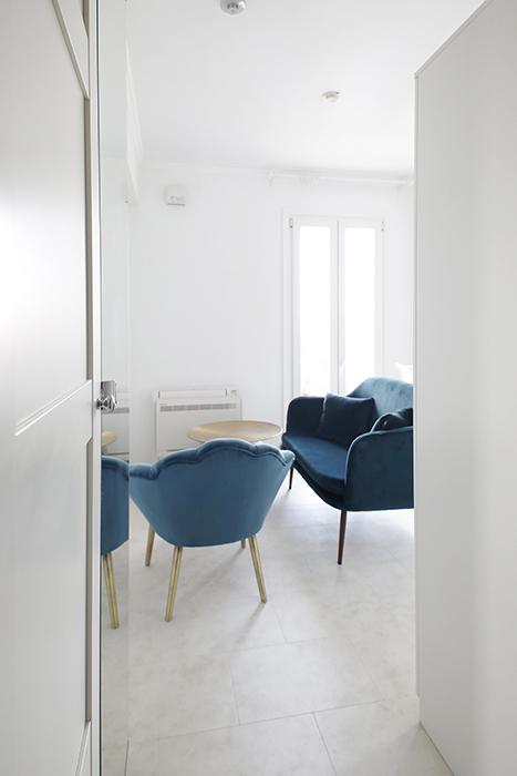 リビングの入り口から、垣間見える輸入家具のリビングセットです。_MG_6878