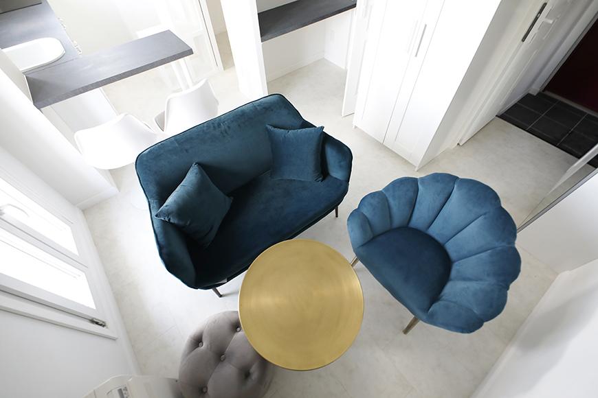 1例として、ベルベット調のソファーにクッション、真鍮のテーブルセットです。_MG_6887