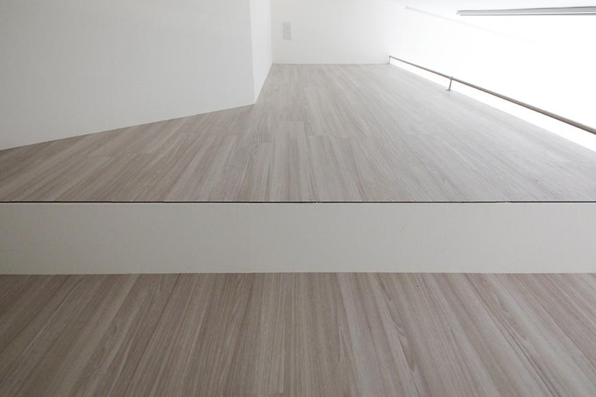 """""""屋根裏部屋(ロフト)""""の奥には、もう1段上がったスペースがあります。こちらは収納スペースになりそうです。_MG_6915"""
