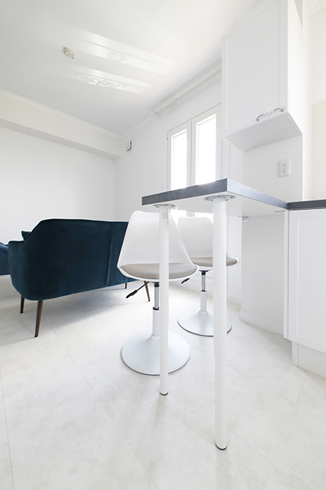実は、キッチンカウンターの2脚のスツールも輸入家具なんです。変に主張しないシンプルさが洒落ています♪_MG_6925
