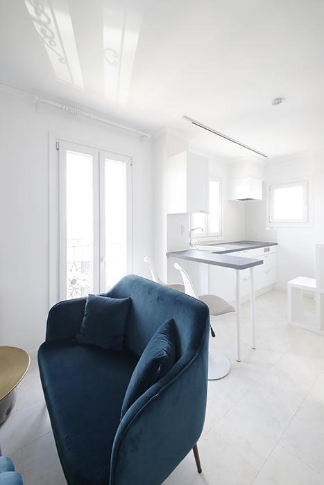 リビングセット側から見たキッチンスペースです。ブルーとホワイトのコントラストが爽やかです♪_MG_6938