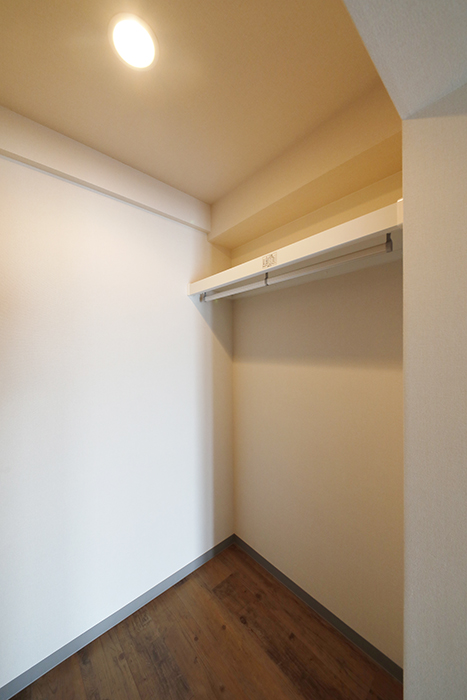 【ル・ブルー鶴舞】1003号室_洋室_ウォークインクローゼット_右側に一面の収納_MG_7760