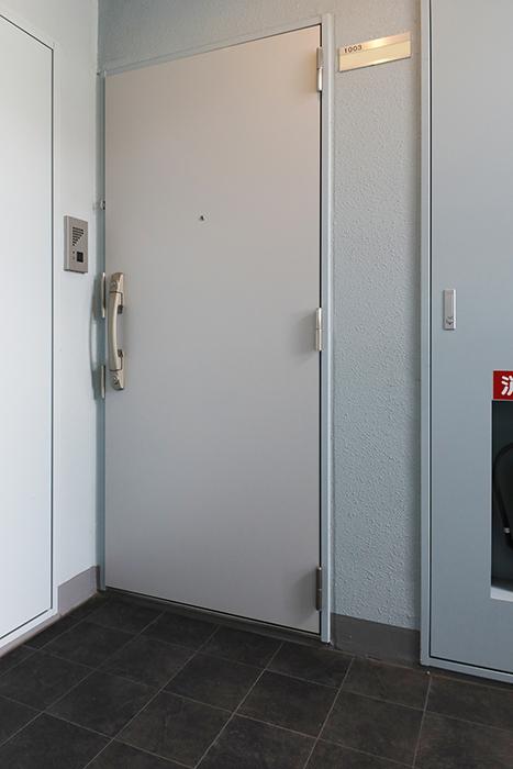 【ル・ブルー鶴舞】1003号室_青がアクセントの玄関周りMG_7516