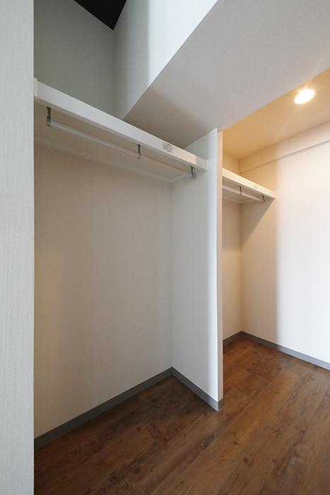 【ル・ブルー鶴舞】1003号室_洋室_ウォークインクローゼット_左側に二面の収納_MG_7753