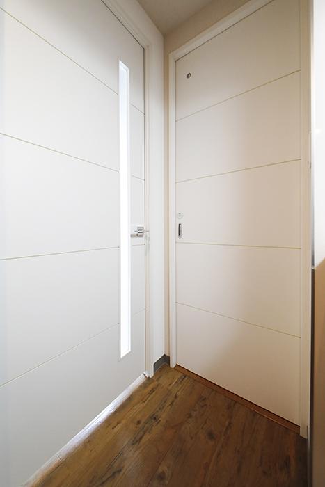 【ル・ブルー鶴舞】1003号室_水回り(右)と洋室(左)へのドア_MG_7606