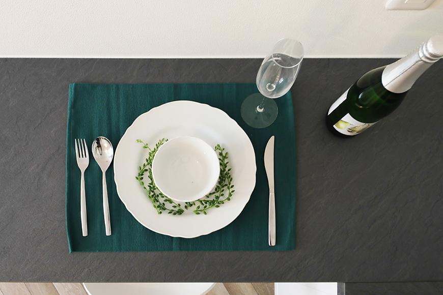 テーマカラーのグリーンのランチョンマットにシンプルな食器で頂くお料理は、少しリッチな気分に浸れそうです。_MG_6220
