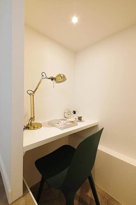 テーブル棚が備え付けですので、このようにワークスペース・趣味のスペースとして使えます。_MG_6335