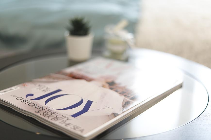 カフェテーブルで、お好きな海外の雑誌をめくりながら、憧れの国に想いを馳せるというのはいかがでしょうか?_MG_6618
