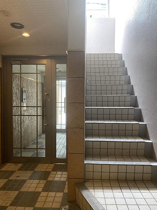 ウエスト花の木 階段