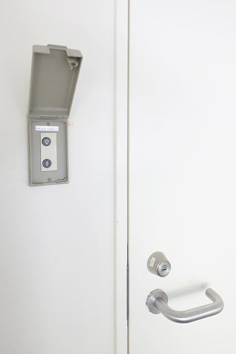 【高峯Classics S棟】002号室_地下1階_ガレージから地下のクローゼットルームへのドア横のガレージシャッター開閉のコンパネ_MG_0841