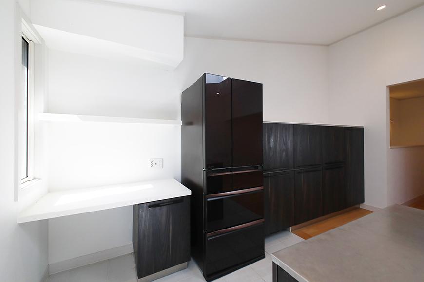 【高峯Classics S棟】002号室_2階_LDK_キッチン_サイドの収納・棚&冷蔵庫_MG_1416