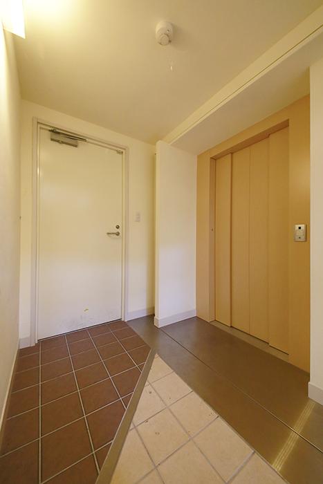 【高峯Classics S棟】002号室_地下1階_エレベータホールとガレージへのドア_MG_1047