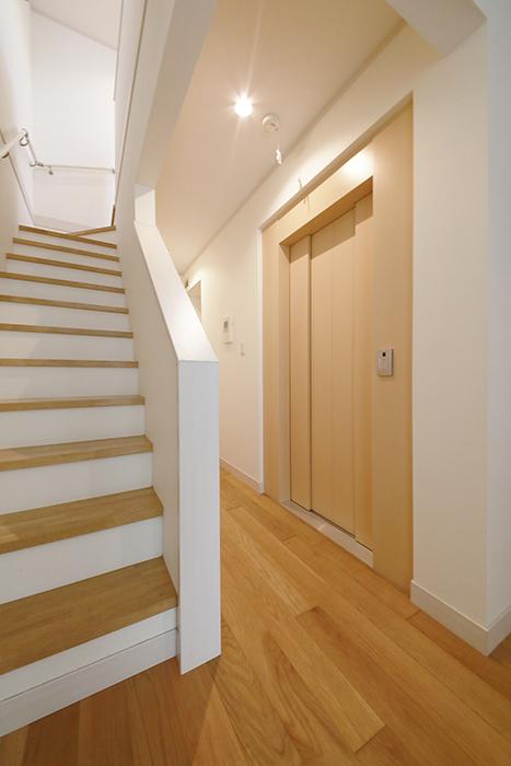 【高峯Classics S棟】002号室_1階_2階への階段とホームエレベータ_MG_1028