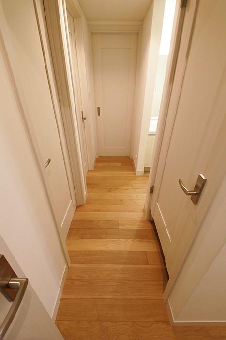 【高峯Classics S棟】002号室_1階_廊下を右に。洋室やウォークインクローゼット、洗面・トイレがあります_MG_1209