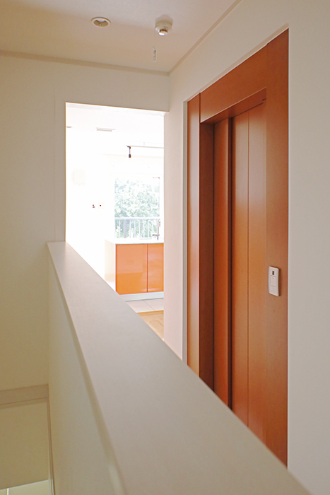 【高峯Classics S棟】001号室_廊下からすでに主張が始まるオレンジのキッチン_MG_1775
