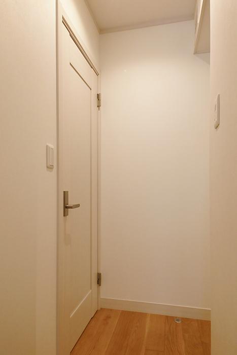 【高峯Classics S棟】002号室_1階_階段収納が左手に。右手には洋室と水回り_MG_1185