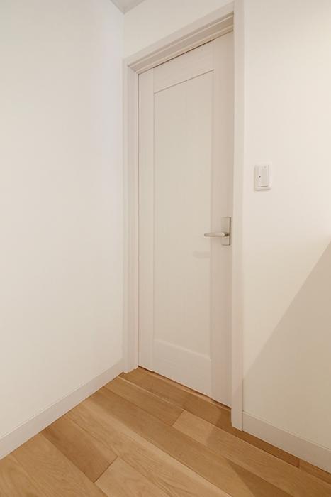【高峯Classics S棟】002号室_1階_1_洋室へのドア_MG_0968
